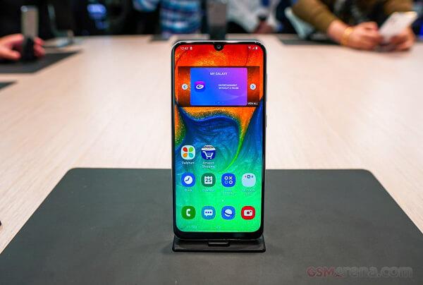 「Galaxy S10e」の国内発売は絶望的に。「au」の「SCV43」は「Galaxy A30」に。