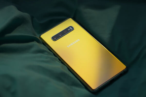 売上低迷を回復できるのか。「Galaxy S10e」に新色「Prism Silver」を追加に。