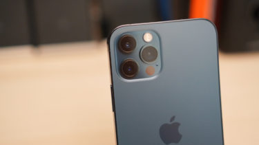 「iPhone 12」。「AirPods Pro 2」の登場に合わせてリバースワイヤレス充電に対応する可能性